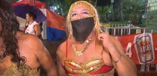 Vestidos de mulher, homens agitam o 'Baile das Escandalosas' em Antonina (Reprodução/RPC)