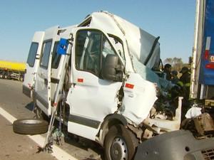 Van onde estavam três trabalhadores que morreram em engavetamento em Mogi Mirim (Foto: Reprodução / EPTV)