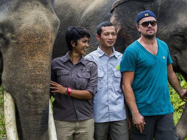 Leonardo DiCaprio posa com elefantes e ativistas no Parque Nacional Leuser, na província de Aceh, ilha de Sumatra, Indonésia; ator visitou floresta tropical local (Foto: Divulgação/Foundation of Forest, Nature, and Environment of Aceh/AFP)