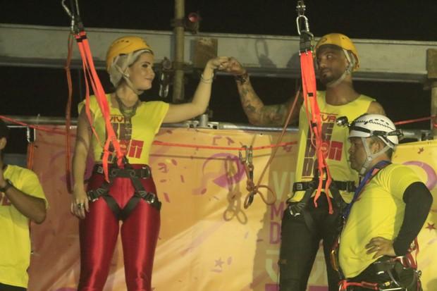Ex-BBBs Aline e Fernando andam de tirolesa em micareta em Feira de Santana, na Bahia (Foto: Fred Pontes/ Divulgação)