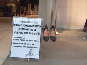 Loja de vestuário feminino diminuiu horário de funcionamento  (Foto: Guilherme Brito / G1)