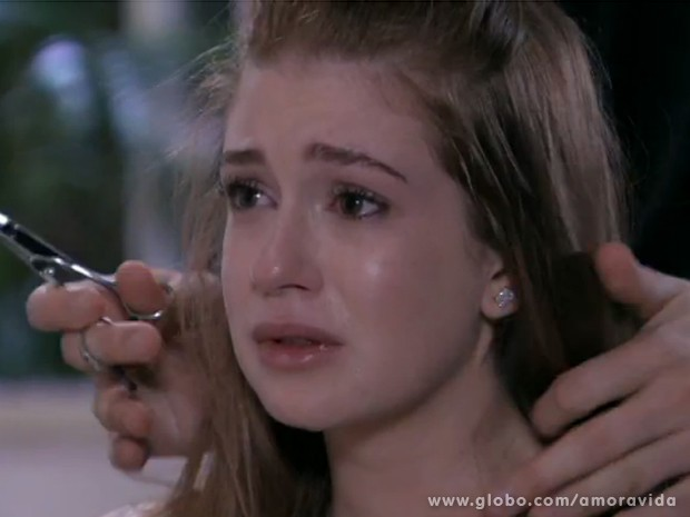Nicole se desespera diante do cabeleireiro (Foto: Amor à Vida / TV Globo)