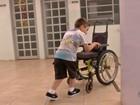 Menino com paralisia que fez sucesso na web é reavaliado por fisioterapeuta
