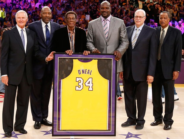 Shaquille ONeal Jerry West James Worthy Elgin Baylor Jamaal Wilkes Phil Jackson camisa aposentada (Foto: Agência Reuters)