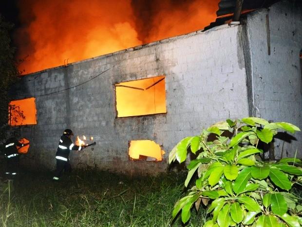 Depósito foi incendiado na noite desta quarta (29) em Peruíbe (Foto: G1)
