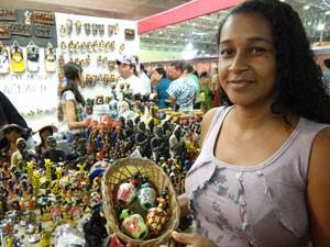 Visitante compra presentes (Foto: Luna Markman/G1)