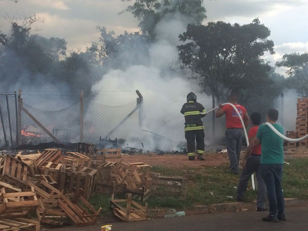 Bombeiros controlaram as chamas no local  (Foto: Gabrielle Gabas/ TV TEM)