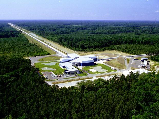 Vista aérea de uma das instalações do experimento Ligo, que detectou ondas gravitacionais (Foto: MIT/Caltech)