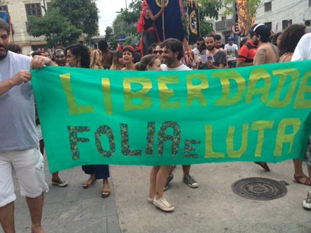 Foliões portestam contra a violência de forças de segurança no carnaval (Foto: Cristina Boeckel/G1)