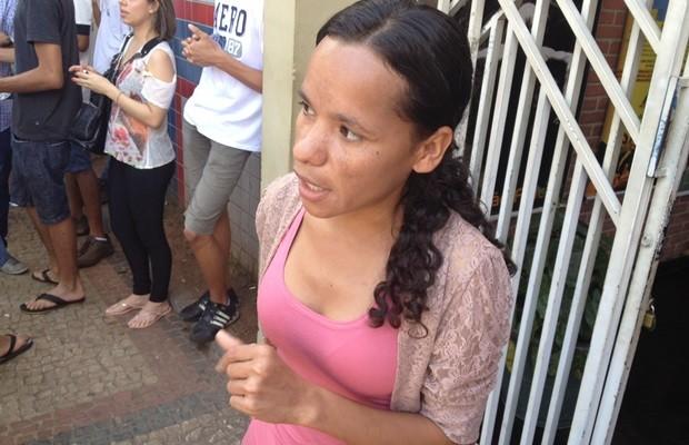 Cleonice ficou sensibilizada e deixou de fazer a prova para cuidar de Gabriela (Foto: Sílvio Túlio/G1)