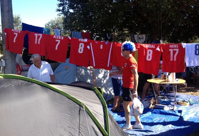 Camisas com nomes dos jogadores do Chile em varal improvisado
