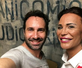 Luisa posa com o diretor Beto Ribeiro no set de gravações (Foto: Arquivo Pessoal)