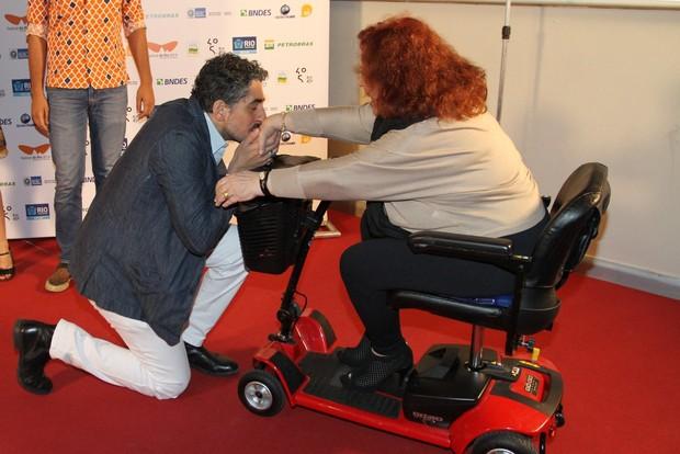Michel Melamed beija a mão de Beth Carvalho (Foto: Anderson Borde/Felipe Assumpção/AgNews)