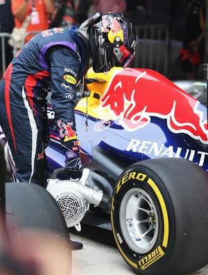 Sebastian Vettel resfria freios de sua RBR após o treino classificatório para o GP da Índia