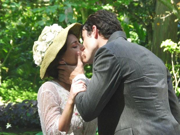 Teodoro se declara e Sandra sofre (Foto: Lado a Lado/TV Globo)