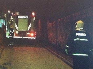 Local de difícil acesso dificultou a atuação dos bombeiros (Foto: Reprodução/RBS TV)