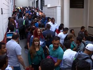 Candidatos a um emprego lotam prédio de faculdade em Campinas (Foto: Reprodução EPTV)