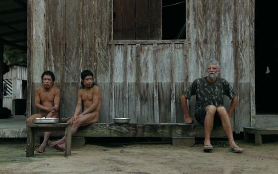 Pakyí e Tamandua, à esquerda, e seu Jair, à direita, na base da Funai na Terra Indígena Piripkura (Foto: divulgação)