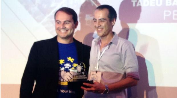 Stelleo Tolda, VP Executivo do MercadoLivre, entrega prêmio de Empreendedor do Ano 2015 para Tadeu Barbosa Nogueira Junior, da loja Pens and Dolls (Foto: Divulgação)