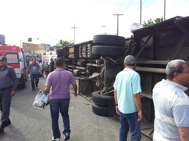 Trem bateu no ônibus que tombou na avenida Bernardo Vieira (Foto: Henrique Dovalle/G1)