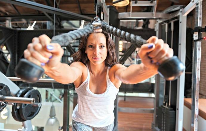 Mulher malhando musculação euatleta (Foto: Getty Images)