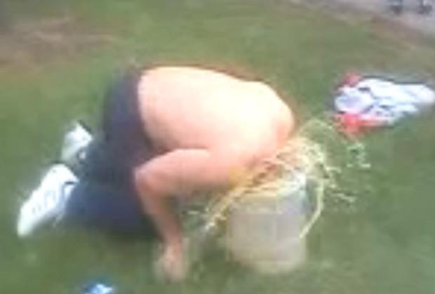 Homem ganhou pouco mais de R$ 900 para mergulhar a cabeça em um balde de urina (Foto: Reprodução)