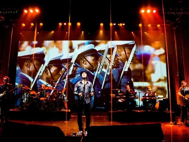 Zeca Baleiro e banda no palco; músico canta composições de Zé Ramalho em show no DF (Foto: Rama Oliveira/Divulgação)