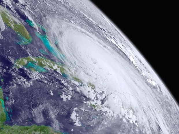 O furacão Joaquin é visto sobre as Bahamas, no oceano Atlântico, nesta foto tirada por satélite. Joaquin, o terceiro furacão no Atlântico em 2015, passou à categoria 3 numa escala de 1 a 5, com a velocidade máxima dos ventos chegando a 195 km/h (Foto:  NOAA/Divulgação/via Reuters)