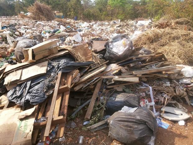 População reclama de lixo jogado em área próximo à quadra residencial (Foto: Roberto Naves/TV Anhanguera)
