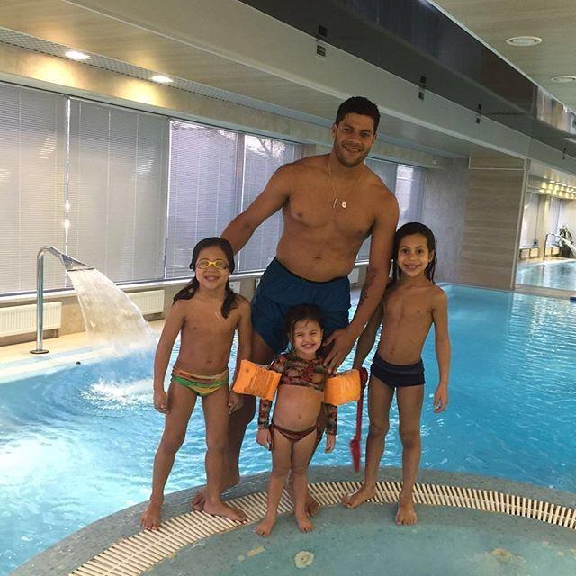 BLOG: Hulk mostra dia de diversão com os filhos na piscina de casa