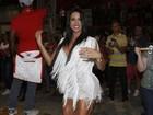 Gracyanne Barbosa mostra as pernas saradas em noite de samba em SP