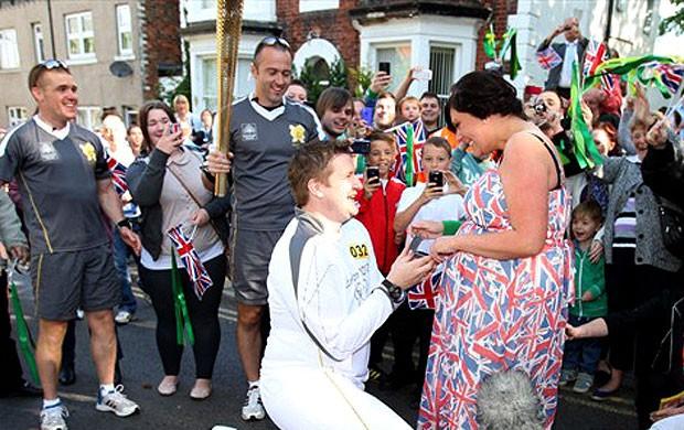 pedido de casamento durante o revezamento da tocha olímpica Londres 2012 (Foto: Divulgação)