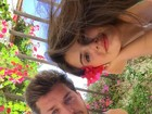 Klebber Toledo e Camila Queiroz posam para foto romântica