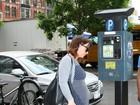 Christina Ricci exibe barrigão de grávida em passeio