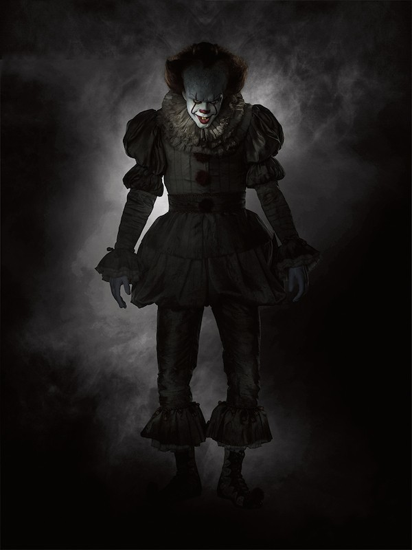 A primeira foto do palhaço Pennywise no longa marcado para chegar aos cinemas em setembro de 2017 (Foto: Divulgação)