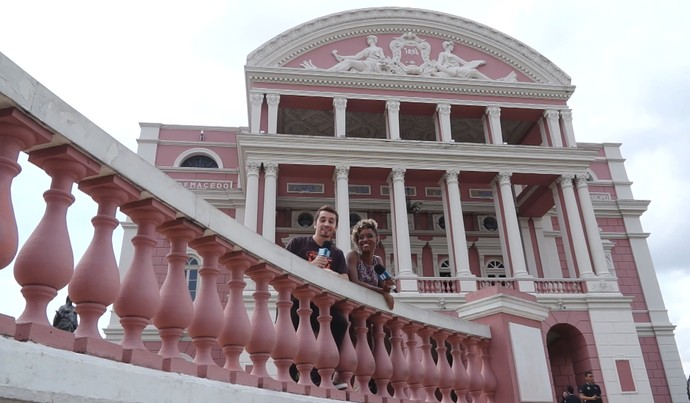 Moacyr Massulo e Jaque Santtos visitam Teatro Amazonas (Foto: Rede Amazônica)