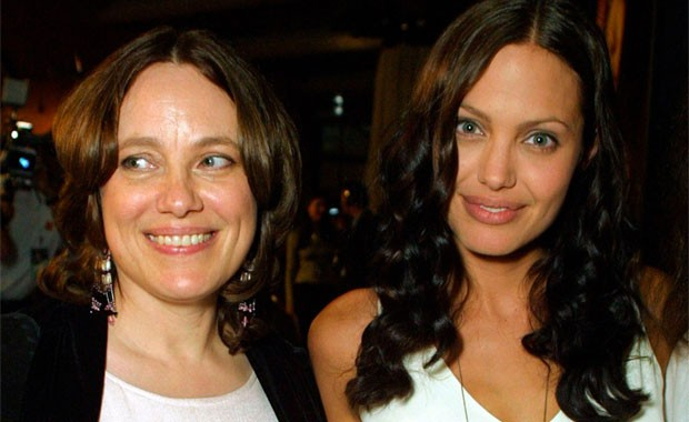 ANGELINA JOLIE AO LADO DA MÃE, MARCHELINE BERTRAND, QUE MORREU DE CÂNCER DE MAMA, EM 2007, AOS 56 ANOS  (Foto: Getty Images)