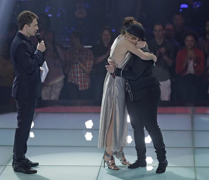 Jade Baraldo e Sih se abraçam depois do musical na estreia da Batalha dos Técnicos (Foto: Artur Meninea/Gshow)