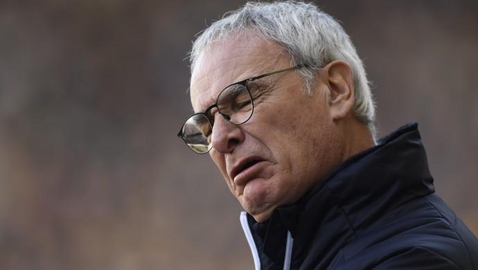 Ranieri de cara feia no jogo do Leicester (Foto: Reuters / Tony O'Brien )