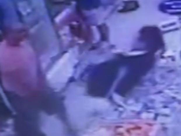Agressor derrubou o rapaz em cima de produtos após soco (Foto: Reprodução / G1)