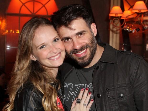 Fernanda Rodrigues e o marido, Raoni Carneiro, em restaurante na Zona Oeste do Rio (Foto: Anderson Borde/ Ag. News)