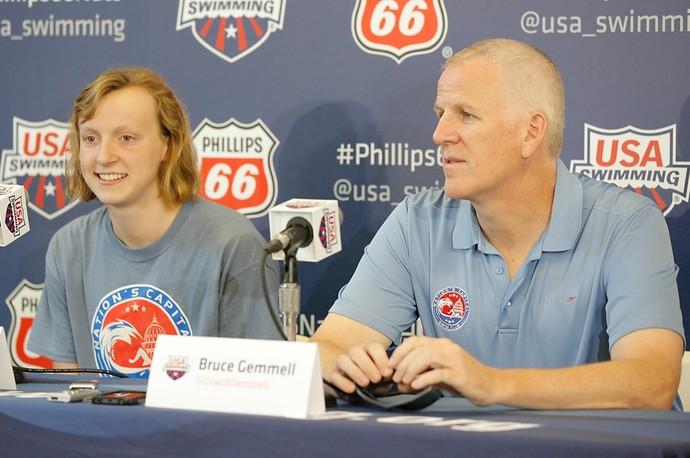 Katie Ledecky e o técnico Bruce Gemmell (Foto: Joe Scarnici / Getty Images)