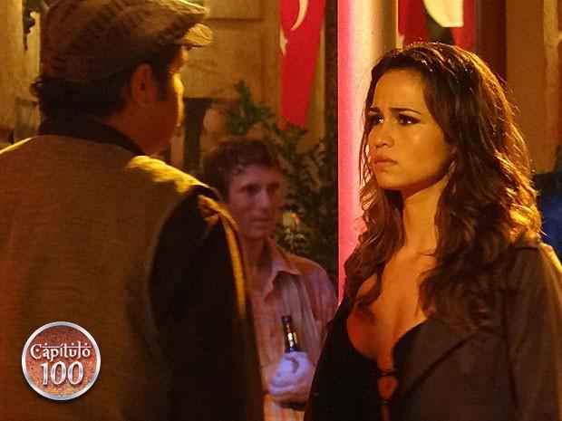 Morena segue desconfiada de Demir e finge que está tudo bem com ela (Foto: Salve Jorge/TV Globo)