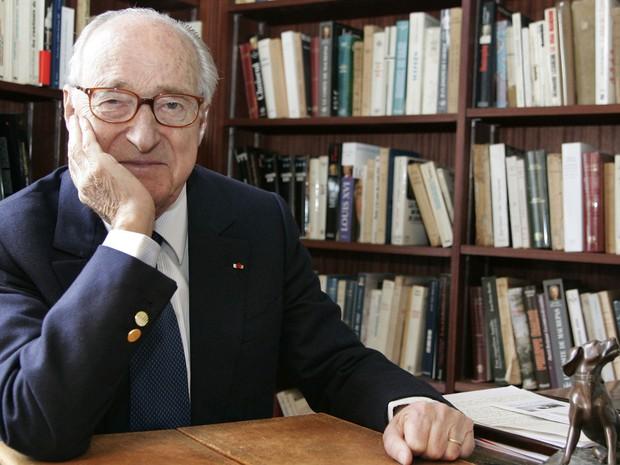 O escritor e acadêmico francês Alain Decaux em foto de 3 de abril de 2006 (Foto: Bertrand Guay/AFP)