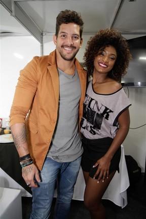 Felipe Pezzoni, da banda Eva, e Erika Januza em show no Rio (Foto: Tarso Ghelli/ Divulgação)
