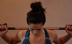 Vídeo exclusivo: Nanda Costa mostra aula em que levanta peso de mais de 70kg