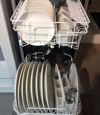 Máquinas de lavar louça usam menos água que a lavagem manual na pia