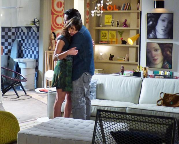 Herval abraça Manu, pede calma e diz que tudo está acabando  (Foto: Geração Brasil/ TV Globo)