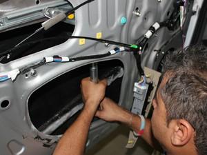 Técnico instala vidro blindado em carro