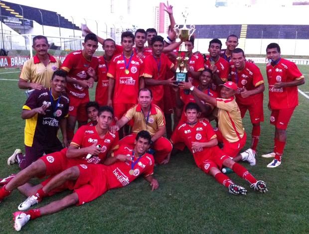 Jogadores do América-RN comemoram título do Campeonato Potiguar Sub-20 (Foto: Matheus Magalhães/GLOBOESPORTE.COM)